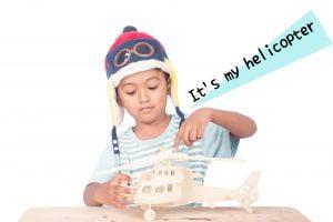 ヘリコプターで遊ぶ少年