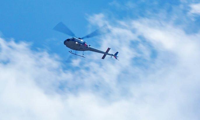 空高く飛ぶヘリコプター