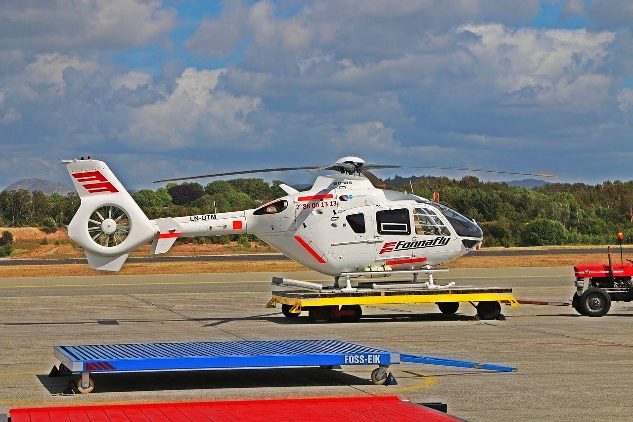 空港に停めたヘリコプター