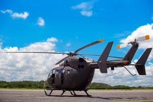 飛行場に停められたヘリコプター
